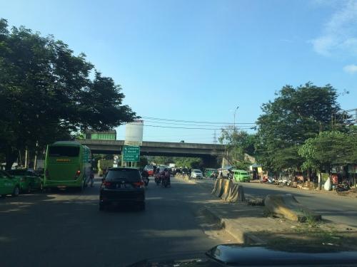 melewati bawah Jalan Tol Tangerang-Merak